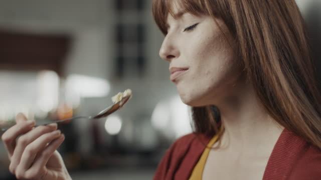 pasta yiyen kadınlar! - kek dilimi stok videoları ve detay görüntü çekimi