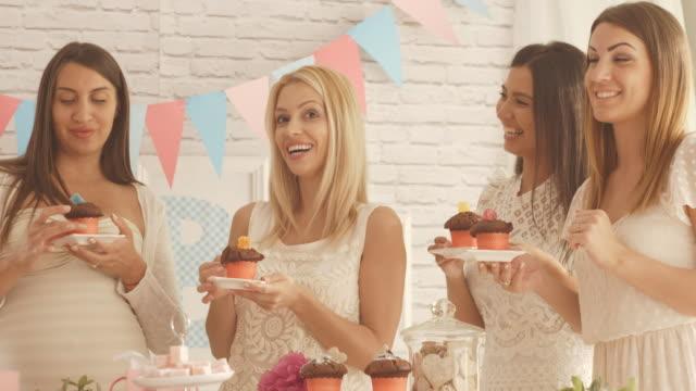 Mujeres comiendo muffins en bebé ducha partido - vídeo