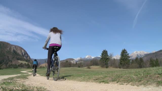 hd: donna con la mountain bike - percorso per bicicletta video stock e b–roll