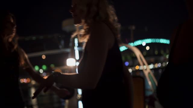 Mulheres, desfrutando de uma noite louca em um barco - vídeo