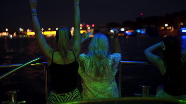 Mulheres desfrutando o barco andar à noite - vídeo