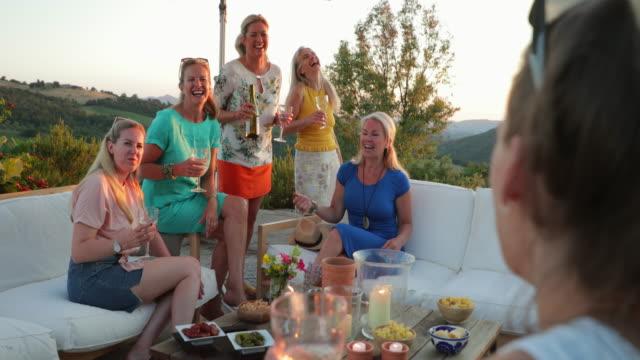 kvinnor njuter drycker på semester - vin sommar fest bildbanksvideor och videomaterial från bakom kulisserna