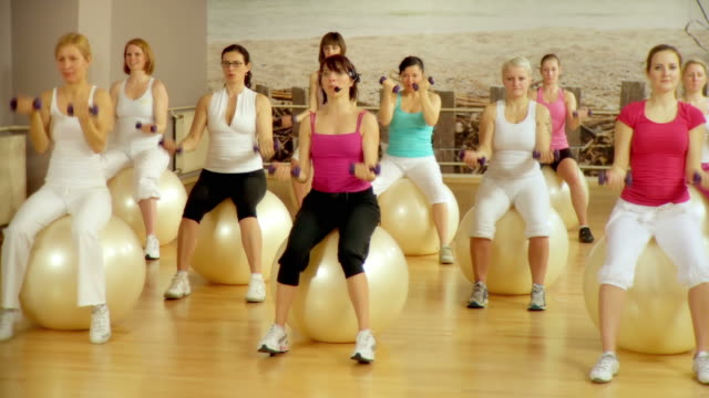 hd :dolly 女性のエクササイズ - 有酸素運動点の映像素材/bロール