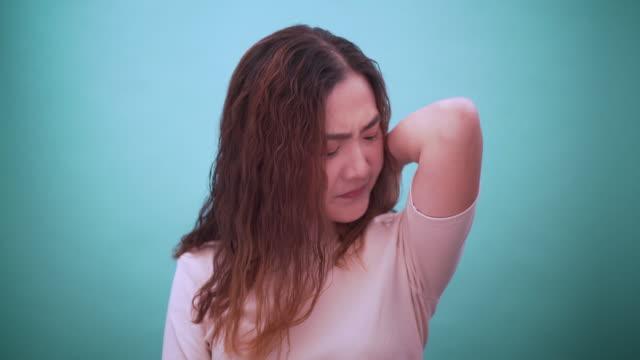 vídeos de stock e filmes b-roll de women expressing disgust - cheiro desagradável