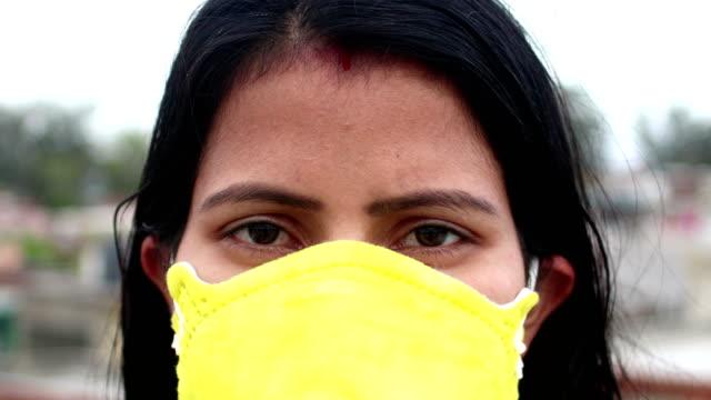 Mulheres enfrentam Close-Up com máscara de poluição contra COVID-19 - vídeo