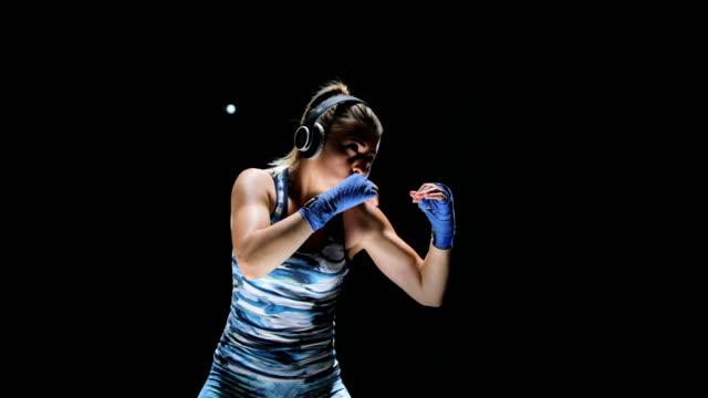 vídeos de stock, filmes e b-roll de mulheres lutador de soco close-up - autodefesa