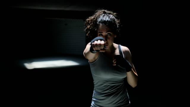 stockvideo's en b-roll-footage met vrouwen fighter ponsen close up - kampioenschap
