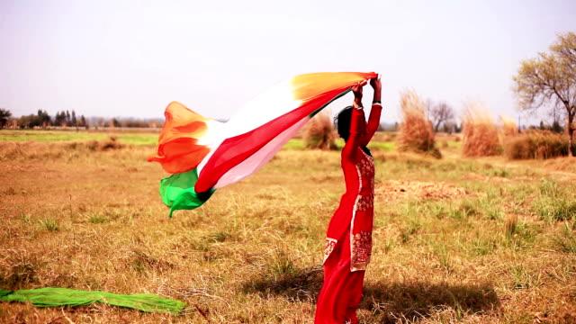 自然の中のカラフルな服を飛んで女性 - ハリヤナ州点の映像素材/bロール