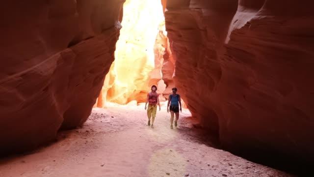 frauen freunde abenteuer wandern erkunden schöne natur wüste canyon - südwesten stock-videos und b-roll-filmmaterial