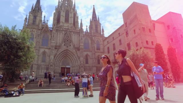 women friends in barcelona at summer - turysta filmów i materiałów b-roll