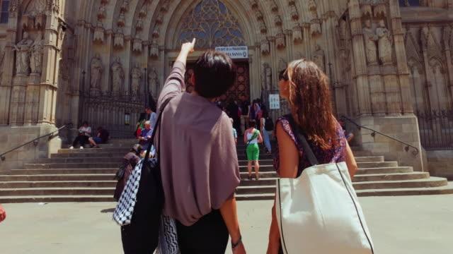 Amis de femmes à Barcelone à l'été - Vidéo