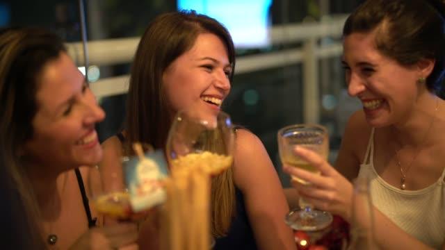 vidéos et rushes de les femmes se réunissent pour profiter d'un dîner convivial - diner entre amis