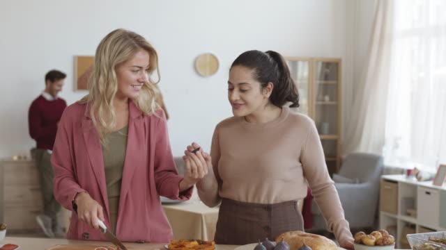 kobiety przygotowuje się do kolacji - four seasons filmów i materiałów b-roll