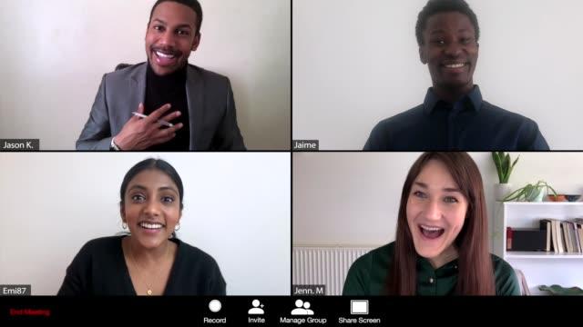vídeos y material grabado en eventos de stock de las mujeres dan buenas noticias en webcam - zoom meeting