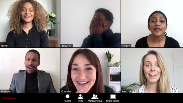 vídeos y material grabado en eventos de stock de mujeres da buenas noticias sobre la conferencia en línea - llamada del evento - zoom meeting