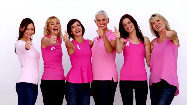 kobiety podając kciuki do świadomości raka piersi w - breast cancer awareness filmów i materiałów b-roll
