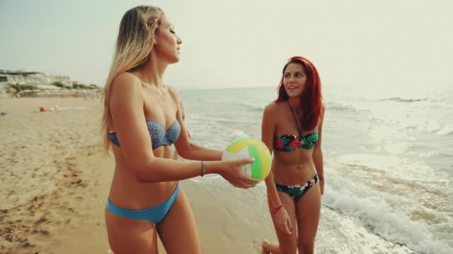 Las mujeres van a jugar a beach volley y divertirse - vídeo
