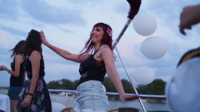 Mulheres se divertindo em uma festa de despedida de solteira - vídeo