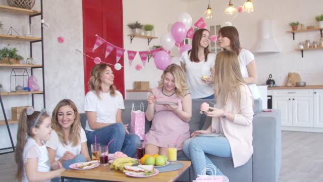 vídeos y material grabado en eventos de stock de mujeres divirtiéndose en la fiesta de baby shower - baby shower