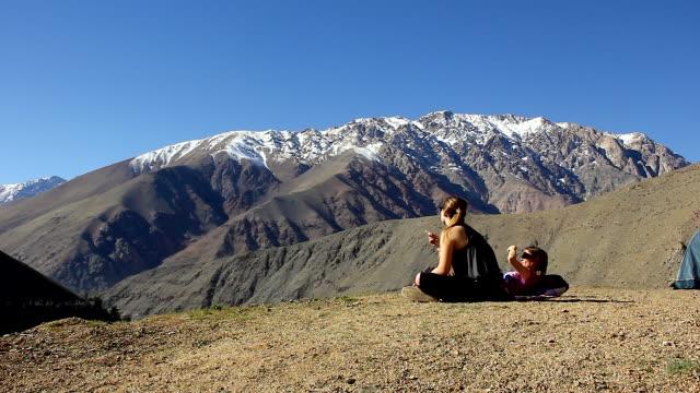 vídeos y material grabado en eventos de stock de las mujeres caminata camping - viaje a sudamérica