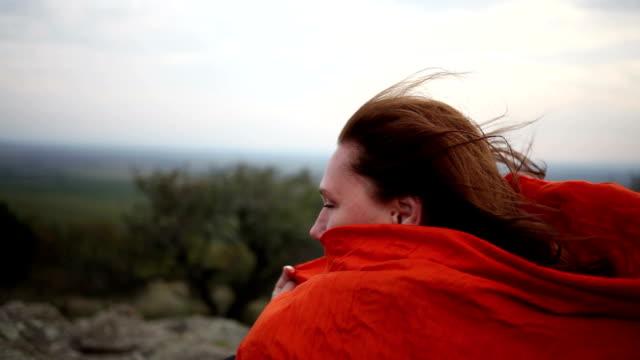 женщины, держа шарф от сильного ветра - шарф стоковые видео и кадры b-roll