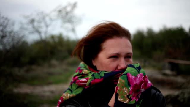 bir eşarp güçlü rüzgar tutan kadın - sale stok videoları ve detay görüntü çekimi