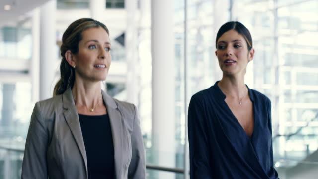 vídeos de stock, filmes e b-roll de mulheres de negócios são mais fortes juntos - persistência