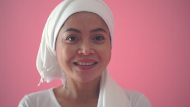 vídeos de stock, filmes e b-roll de mulheres de fundo rosa - pink october