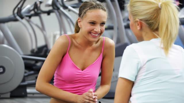 hd: women in the gym - endast unga kvinnor bildbanksvideor och videomaterial från bakom kulisserna