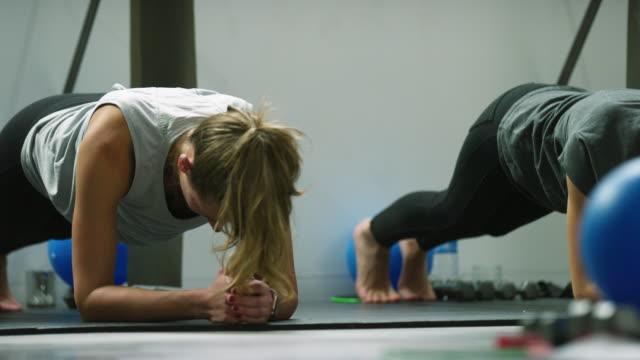 kvinnor i tjugoårsåldern i planka position på en motion studio - balettstång bildbanksvideor och videomaterial från bakom kulisserna