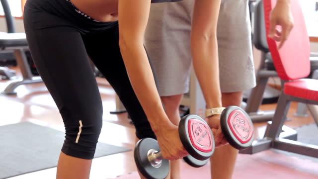 stockvideo's en b-roll-footage met vrouwen trainen met trainer - menselijke spier