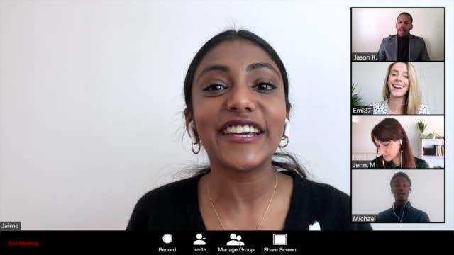 vídeos y material grabado en eventos de stock de mujeres liderando una conferencia en línea - evento vía webcam - adulto