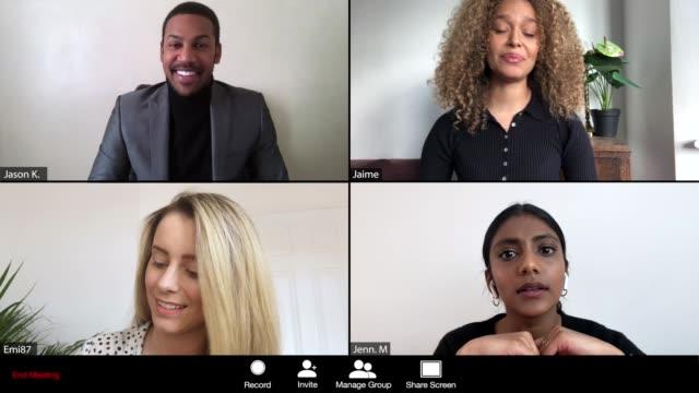 vídeos y material grabado en eventos de stock de mujeres liderando una conferencia en línea - evento vía webcam - zoom meeting