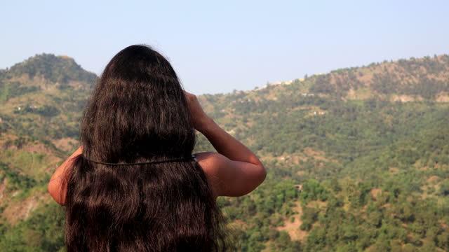 vídeos de stock e filmes b-roll de women looking through binocular in mountains - cabelo preto