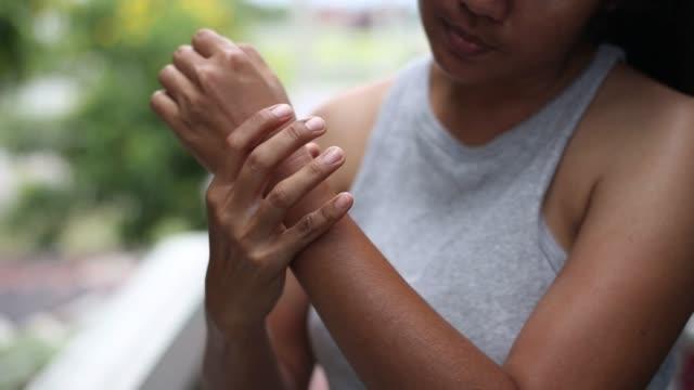 vídeos y material grabado en eventos de stock de mujeres masajeando la muñeca del dolor, concepto de cuidado de la salud - medicina holística