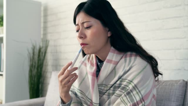 vídeos y material grabado en eventos de stock de medición de la temperatura corporal de la mujer - flu