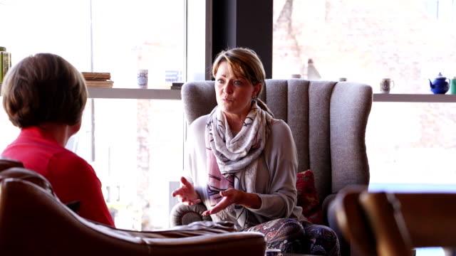 kvinnor som träffas för kaffe - fritidskläder bildbanksvideor och videomaterial från bakom kulisserna