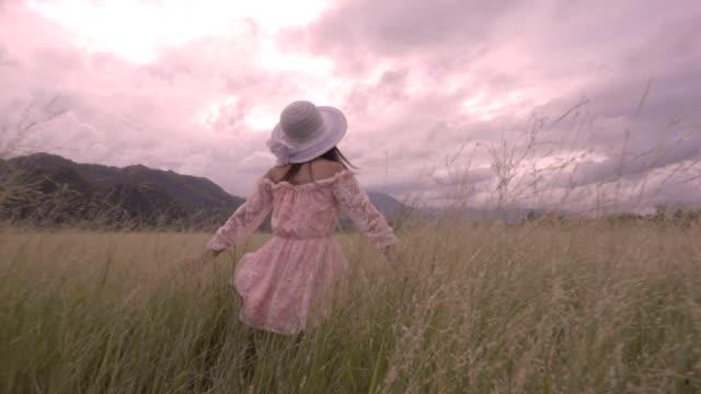 女性フィールド スローモーションで動いて - 春のファッション点の映像素材/bロール