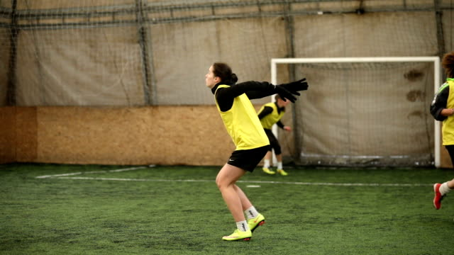 women on soccer practice - praticare video stock e b–roll
