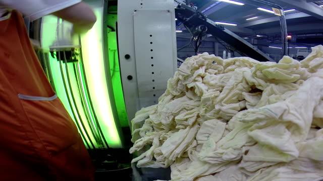 kvinnor på produktionslinjen i а textilfabrik - strumpbyxor bildbanksvideor och videomaterial från bakom kulisserna