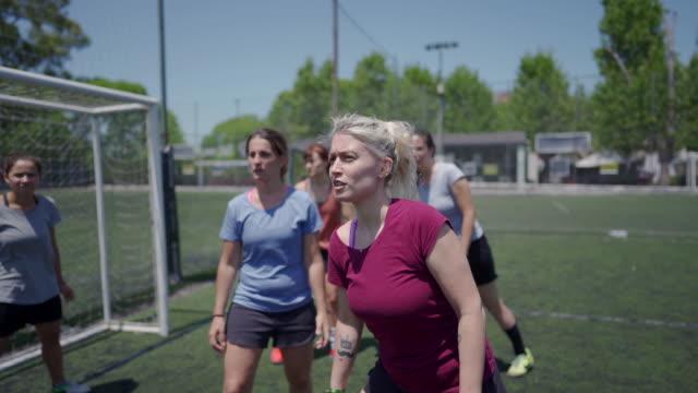 frauen, die im freien fußball spielen - geköpft stock-videos und b-roll-filmmaterial