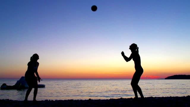 HD: Frauen spielen Volleyball bei Sonnenuntergang – Video