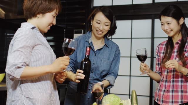 乾杯のワインを注ぐ女性 ビデオ