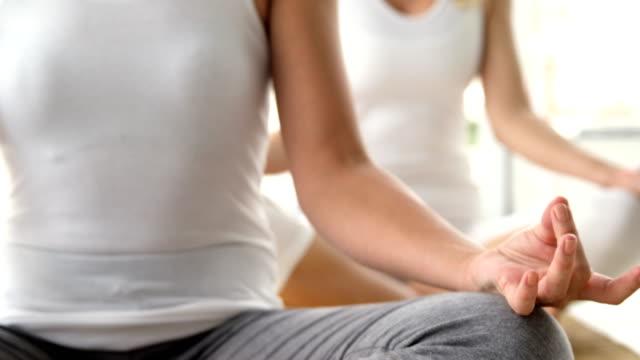 여자대표 practising 요가 - mindfulness 스톡 비디오 및 b-롤 화면