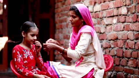 vídeos de stock e filmes b-roll de women preparing child in the morning - aldeia