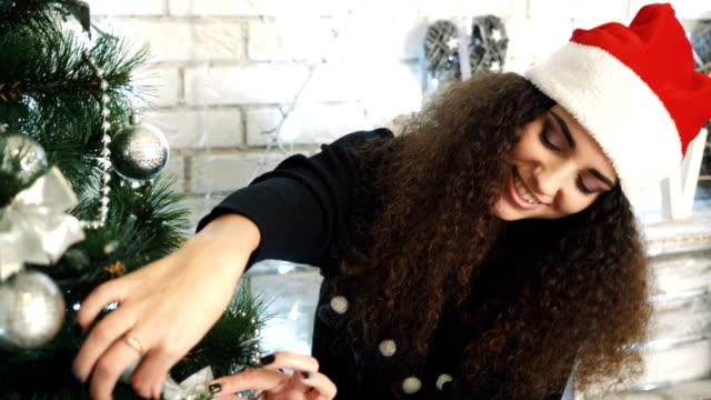 women preparing christmas tree - ornato video stock e b–roll