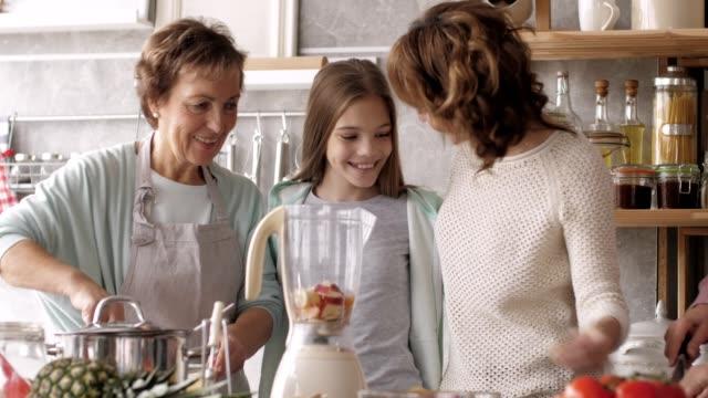 キッチンでスムージーを準備している女性 - 豊富点の映像素材/bロール