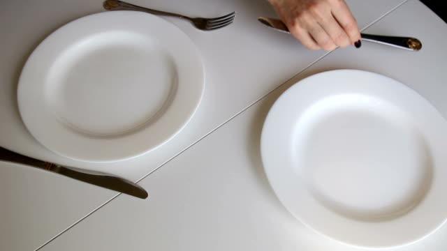 kvinnor förbereder bord för beakfast och sätta omelett - empty plate bildbanksvideor och videomaterial från bakom kulisserna