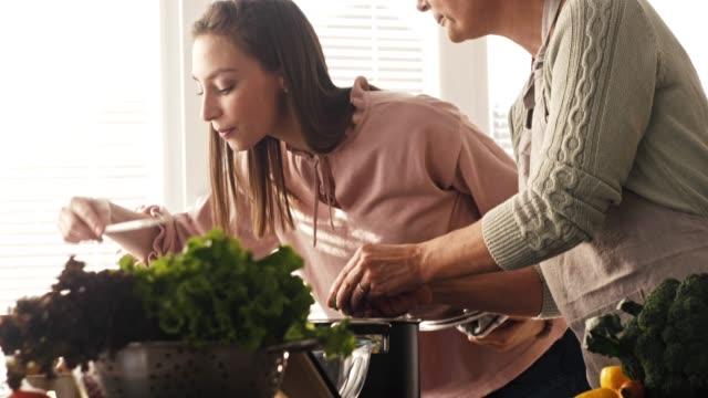 frauen vorbereitung gemüsesuppe - salat speisen stock-videos und b-roll-filmmaterial