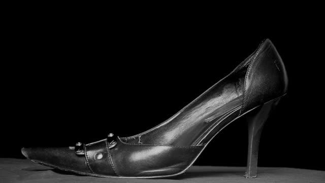 donna di mettere sulle scarpe - scarpe video stock e b–roll